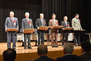 県麦作共励会の表彰を受けた最優秀賞の内田武士さん(左端)ら=小城市のドゥイング三日月