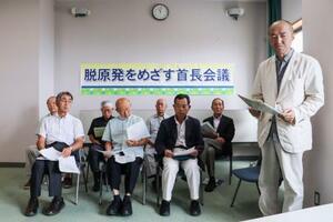 記者会見する「脱原発をめざす首長会議」のメンバーら。右端は東京都小金井市の佐藤和雄元市長=18日、青森県むつ市