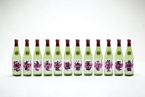 県内の酒類卸売会社4社が、12蔵元と共同で企画した季節限定商品「純米酒 春」