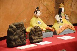 【古代の森会館】江戸中期に唐津藩出身の浪人・広田和平が始めたとされる熊本県の「天草土人形」。和平作の大黒さん2体(写真手前)など約50体を展示している=唐津市鏡