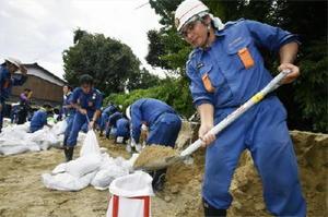 台風5号の接近に備え、土のうを準備する消防団員たち=5日午後、福岡県朝倉市