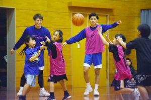 佐賀バルーナーズの選手たちとミニゲームに励む子どもたち=佐賀市の神野小