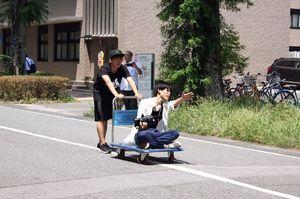疾走感あふれるシーンでは、台車を使って撮影することもある