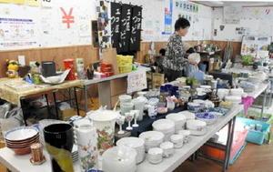 食器などがずらりと並ぶエコ屋「つどい」=伊万里市の仲町観音通り