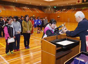 エレガンスの部で優勝し、表彰を受ける永卓会SS=県総合体育館