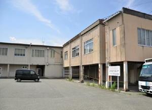 旧基山町役場の跡地。本庁舎は既に解体され、倉庫などが残っている。約20年間活用法を探っていた=基山町宮浦