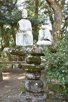熊野神社にある有田焼の「楠公父子像」。顔や腕が欠けるなど破損が激しい=伊万里市大川町