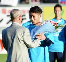 セレモニーで父親から花束を受け取るキム・ミヌ(右)
