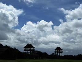 物見やぐらを包む鮮やかな雲と空