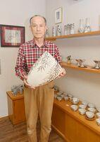 作品「和紙染栁文花器」を手にする勝田文博さん=神埼市の尾崎焼日の隈窯