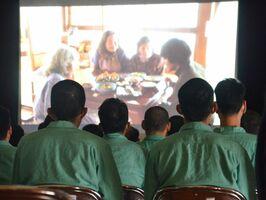 映画「しゃぼん玉」を見る佐賀少年刑務所の受刑者たち=佐賀市新生町