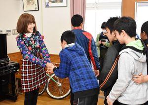子どもたち一人一人に感謝の気持ちを伝える岡本記代子さん(左)=伊万里市の波多津小