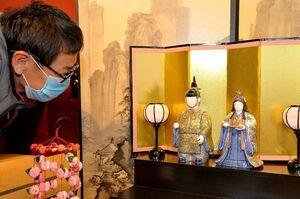 細密画で知られる武雄市の陶芸家、葉山有樹さんが手掛けたひな人形。衣装には花や文様が微細に描かれ、感嘆の声を漏らす来場者も=有田町幸平の鷹巣瑞光堂
