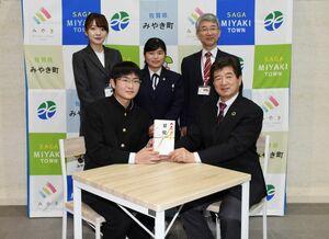 いすと机を寄贈した三養基高生徒会長の前田涼輔さん(前列左)と末安伸之町長(同右)=みやき町中原庁舎