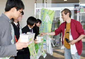 募金する買い物客に感謝の言葉を伝える高校生ボランティア=佐賀市のゆめタウン佐賀