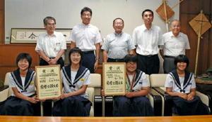 小松市長らに個人戦3位など全国大会での健闘を報告した武雄中柔道部のメンバー=武雄市役所