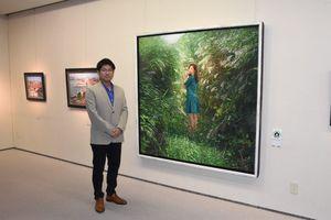 個展で熊本地震の被災地で描いた「すすきの道」などを展示している小木曽誠さん=東京・日本橋室町の日本橋三越本店