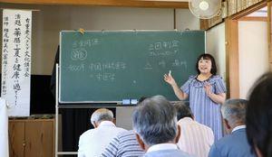 薬膳の講演をする横尾柚美さん=佐賀市の有重公民館