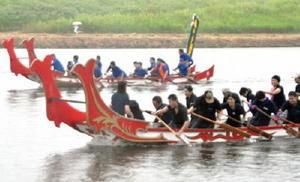 雨の中、熱戦を繰り広げた遣唐使船レース=佐賀市の嘉瀬川