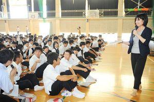 佐賀新聞社の出前授業で、18歳選挙権などを学ぶ神埼高の2年生=神埼市神埼町