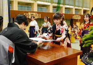 卒業証書を受け取る卒業生=佐賀市の佐賀女子短大