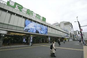 外出自粛要請の影響で、人通りの少ない東京・新宿駅南口=28日