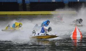 ボートレースの第22回オーシャンカップ優勝戦で、1周目2マークを先頭で回る峰竜太(中央)=ボートレースまるがめ