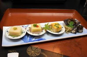 庶民に人気だったとされるきんぴらゴボウや、豆腐、きんこ(なまこの干物)、ひじきの白あえが並ぶ