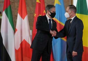 リビア和平を巡る国際会議でドイツのマース外相(右)と握手するブリンケン米国務長官=23日、ベルリン(AP=共同)