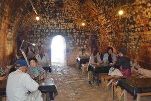 石炭窯でコーヒーなどを楽しむ来場者=嬉野市塩田町の志田焼の里博物館