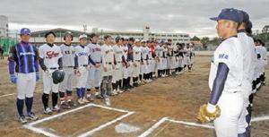 社会人野球や東京六大学などのユニホームを着て試合に臨んだ佐賀西高野球部OBチーム=同校グラウンド