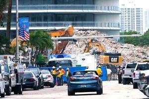 米南部フロリダ州サーフサイドのマンション崩落現場=13日(AP=共同)