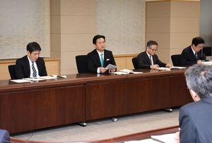 対策本部会議で、国の予算の動向などを注視するよう指示する山口祥義知事(中央)=佐賀県庁