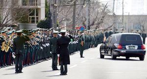 部隊葬送式を終え、殉職した2人を送り出す隊員たち=11日午後1時27分、神埼郡吉野ヶ里町の陸上自衛隊目達原駐屯地