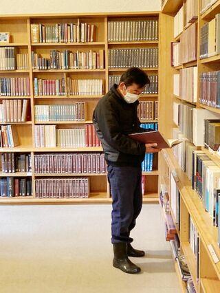 <いすの木のもとで>個人文庫は宝物 専門家の寄贈資料など蔵書