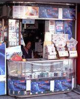 昭和の雰囲気を残すたばこ屋さん「納富商店」=佐賀市松原(フィルムで撮影)