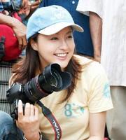 紛争や災害などで厳しい生活を余儀なくされている子どもたちの写真を撮影する藤原紀香さん