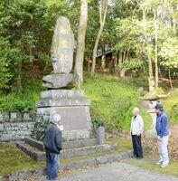 戦争で犠牲になった155人の名前が刻まれている「平和の礎」。地区では毎年、慰霊祭を行ってきたが、今年は中止を決めた=鹿島市森の五ノ宮神社