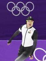 男子500メートル ゴールし、タイムを確認する山中大地=江陵(共同)