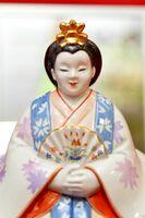 柿右衛門窯の女びなとドイツの国立マイセン磁器製陶所の女びな。雛人形の表情の違いが見て取れる=有田町幸平の有田館