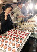 すしの形をしたデザートを選ぶ参加者たち=佐賀市大和町のシャトー文雅(提供)