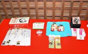 羊羹やこいこくなどを縁起物に見立てた小城市の特産物の品々=小城市小城町の岡山神社