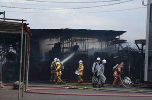 出火した資材置き場へ放水を行う消防関係者ら=午後6時40分ごろ、佐賀市東与賀町下古賀