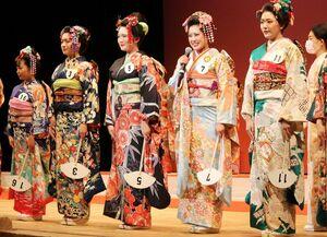 全日本きもの装いコンテスト世界大会で準女王に選ばれた松田優実さん(右から2人目)=6月、東京・芝公園のメルパルクホール(提供)