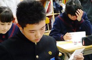 涙を流しながら手紙を読む生徒=唐津市の厳木中