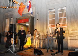 肥前さが幕末維新博覧会に合わせて開設された「オランダハウス」。前夜イベントであいさつする山口祥義知事(右)=佐賀市呉服元町