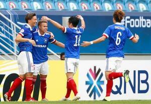横浜M―全北 前半、先制ゴールのティーラトン(左から2人目)を祝福する横浜Mイレブン=カタール・アルワクラ(ゲッティ=共同)