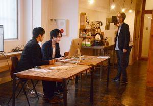 入居者の指導でウェブ制作を体験する来場者=佐賀市呉服元町のオン・ザ・ルーフ