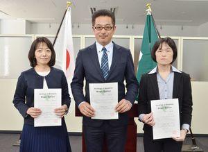 新たにスーパーティーチャーに認証された3人。左から大家淳子指導主事、戸上信幸教諭、河北薫教諭=佐賀県庁