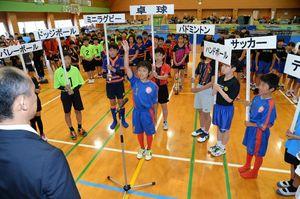 16競技を代表して力強く宣誓するサッカー・FC東与賀の高野隼主将(中央)=佐賀市本庄町の佐賀市立体育館